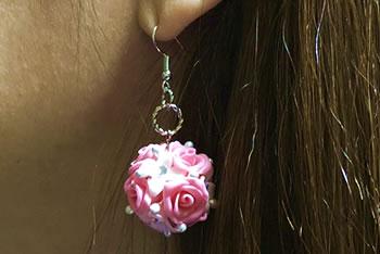樹脂粘土で作る♪花のピアスの作り方「装着イメージ」